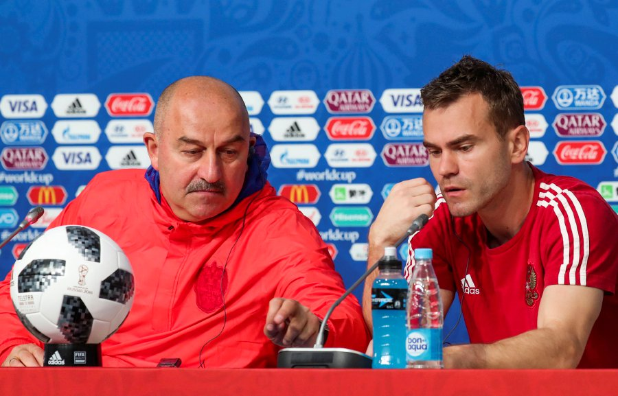 9071503ae91 Russia s head coach Stanislav Cherchesov (L) accompanied by the goalkeeper  Igor Akinfeev (R) attend the official press conference at the St.  Petersburg ...