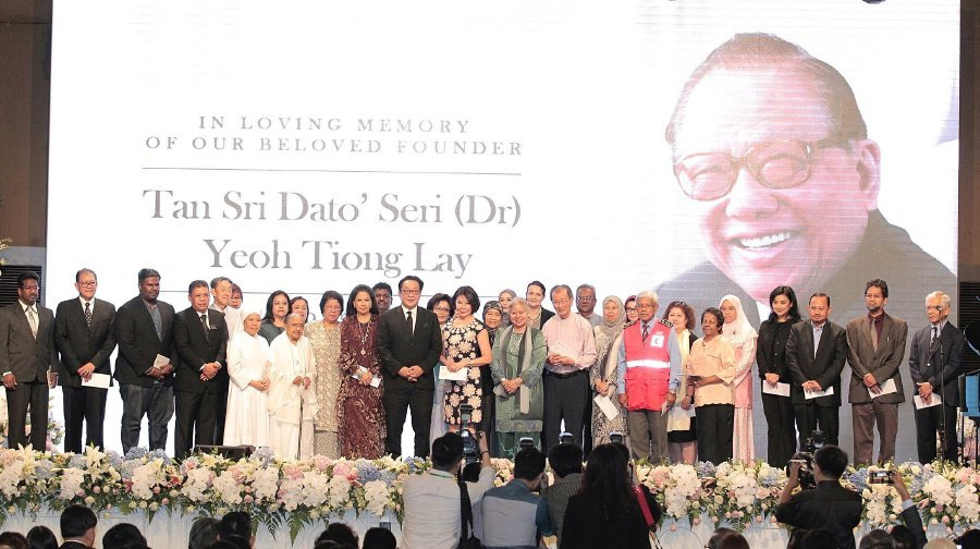 YTL Corporation managing director, Tan Sri Francis Yeoh Sock Ping (ninth from left) at an event held at Majestic Hotel, Kuala Lumpur today. The family of the late YTL Group founder and chairman Tan Sri Yeoh Tiong Lay has donated a total of RM10 million to 103 charitable, educational and non-governmental organisations. Pix by Saddam Yusoff