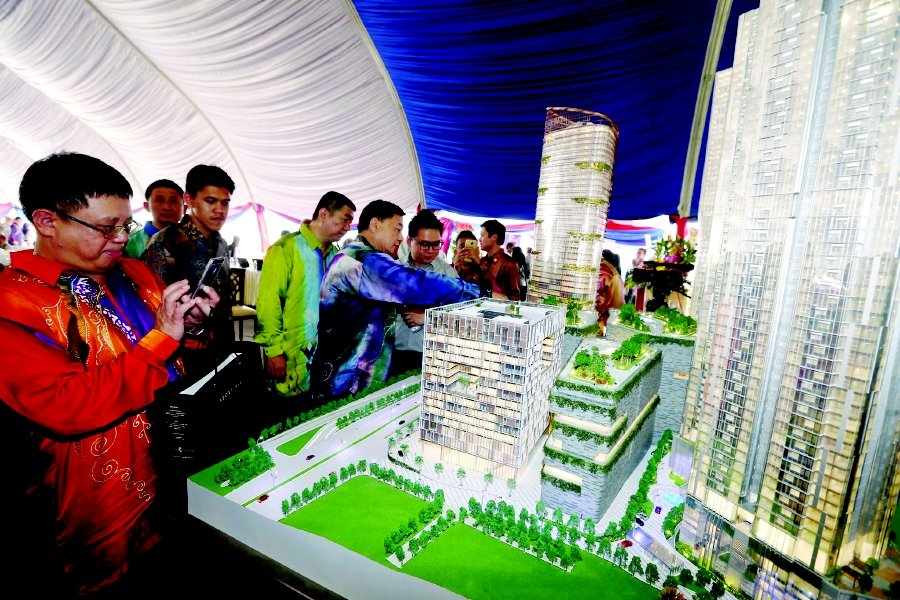 The public looking at the model of One Bukit Senyum and the Astaka. Pix by Hairul Anuar Rahim