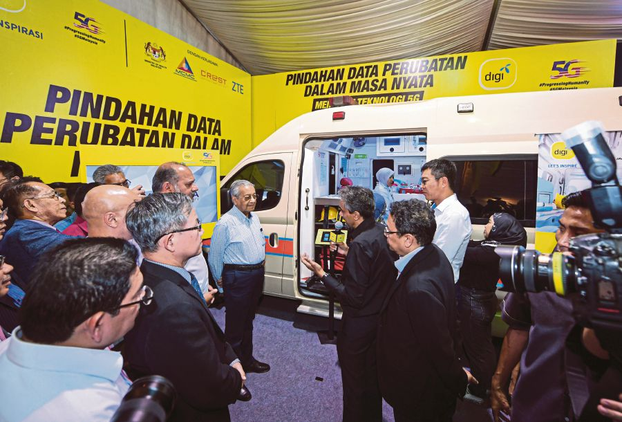 Prime Minister Tun Dr Mahathir Mohamad at the 5G demonstration projects at the Sultanah Maliha Hospital in Langkawi. - Bernama pic