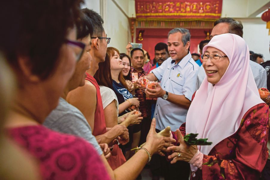 Datuk Seri Dr Wan Azizah Wan Ismail had a friendly meeting with residents under the Pandan parliamentary constituency at the Pandan Jaya morning market in conjunction with the Chinese New Year celebrations today. - Bernama pic