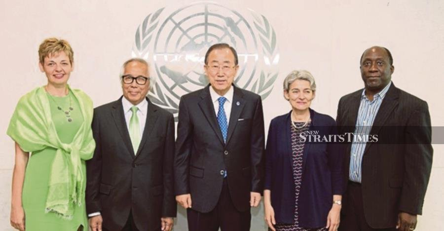 Zakri Abdul Hamid in a group photograph with the eighth secretary-general of the United Nations, Ban Ki Moon (centre).