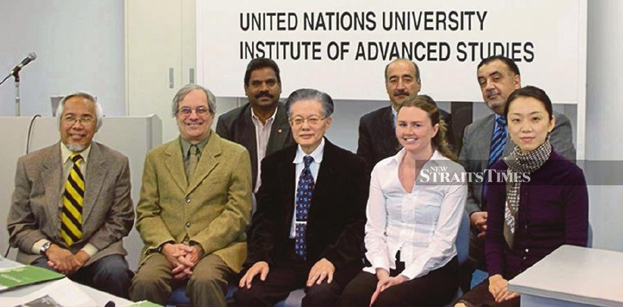 The team at the United Nations University Institute of Advanced Studies in Tokyo, Japan which Zakri Abdul Hamid (left) headed.