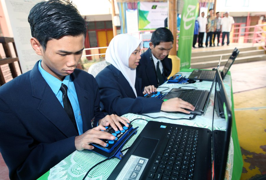 Students from SMK Pendidikan Khas Setapak received 50 units of Smart Braille, a learning aid worth of RM60,000 today. (pix by ASWADI ALIAS)