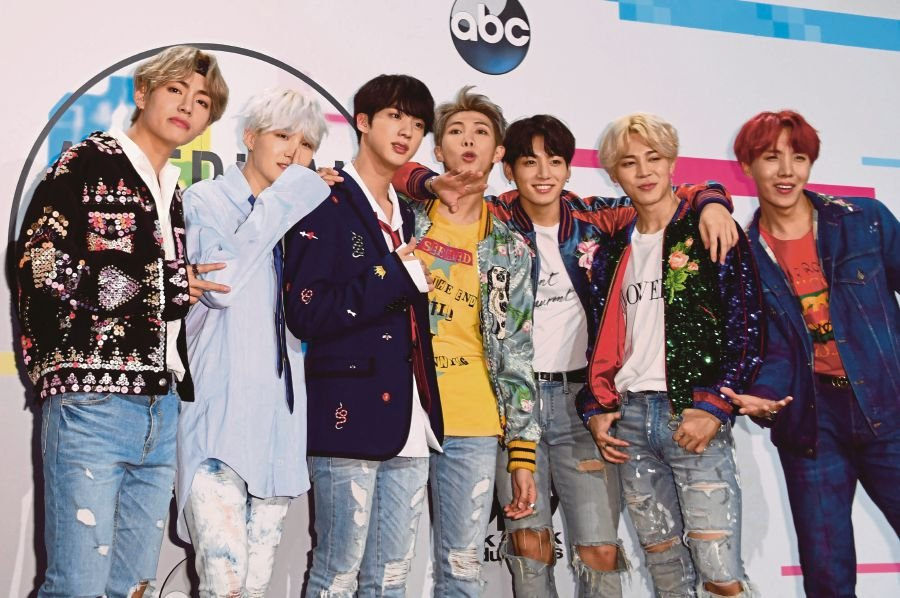 Special Look: BTS, Niall Horan Arrive On American Music Awards Red Carpet