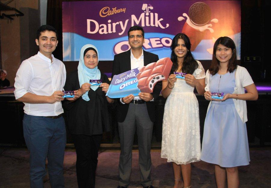 Associate Director - Sea Chocolate, Vikram Karwal (center) at the launch of the new Cadbury product 'Cadbury Daily Milk Oreo' in Publika. (pix by SHAWAL AZANI)