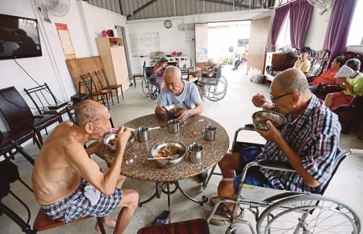 a visit to an old folks Old age refers to ages nearing or surpassing the life expectancy of human beings, and is thus the end of the human life cycleterms and euphemisms include old people (worldwide usage).