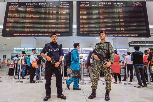 A policeman and a soldier during a joint patrol at Terminal Bersepadu Selatan in Bandar Tasik Selatan, Kuala Lumpur, last year. The police and armed forces share resources, such as sharing beat duty and training facilities. PIC BY AIZUDDIN SAAD