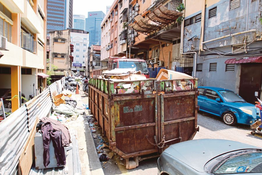 Recyclable collectors blocking KL alley   New Straits Times