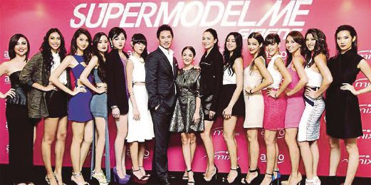 The 12 finalists of SupermodelMe Sirens and the resident judges, Dominic Lau (7th from left), Ase Wang (centre) and host, Lisa S (7th from right).
