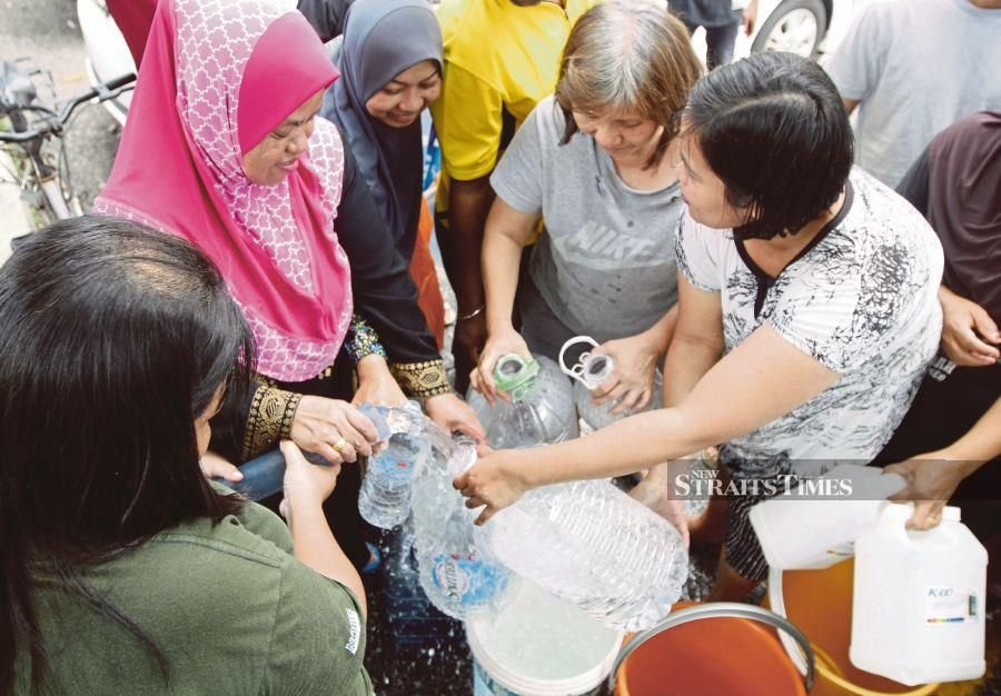 Residents filling their water containers following a water disruption in USJ 8 in Subang Jaya yesterday.NSTP/MUSTAFFA KAMAL