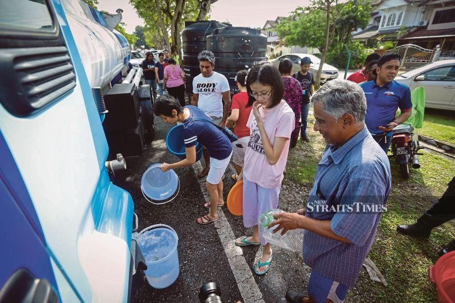 People Queing up to get water from a water tank truck in Subang Jaya yesterday. NSTP/ AZIAH AZMEE