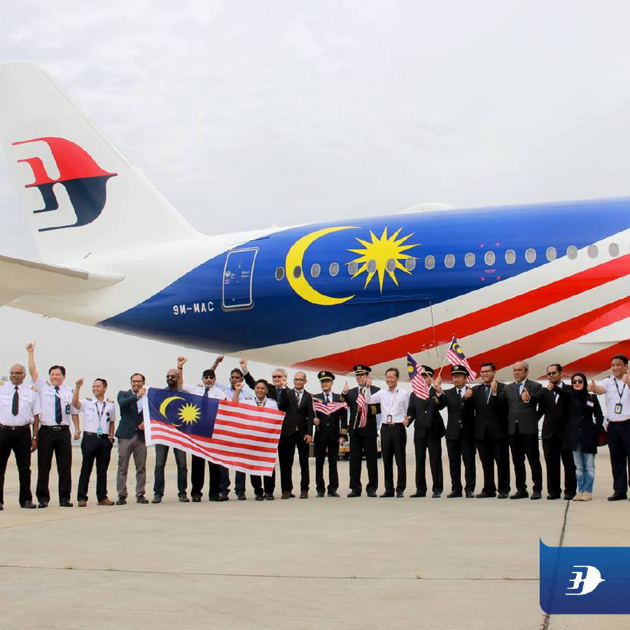 Malaysia Airlines Bhd Group Chief Executive Officer Izham Ismail (centre) gesture after the Malaysia Airlines' second Airbus A350-900 (XWB) aircraft touches down at the Kuala Lumpur International Airport. Pix source: Facebook/Malaysia Airlines.