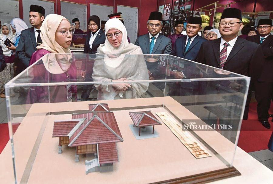 Raja Permaisuri Agong Tunku Azizah Aminah Maimunah Iskandariah visiting an exhibition by final-year Kulliyyah of Architecture and Environment Design students at the International Islamic University Malaysia recently. - Bernama