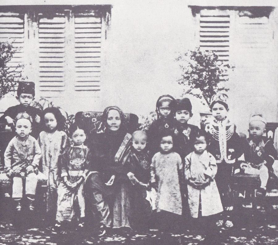 Tunku Abdul Rahman Putra Al-Haj's grandmother, Wan Hajar Wan Ismail, with her grandchildren outside Istana Pagoda in Alor Star.