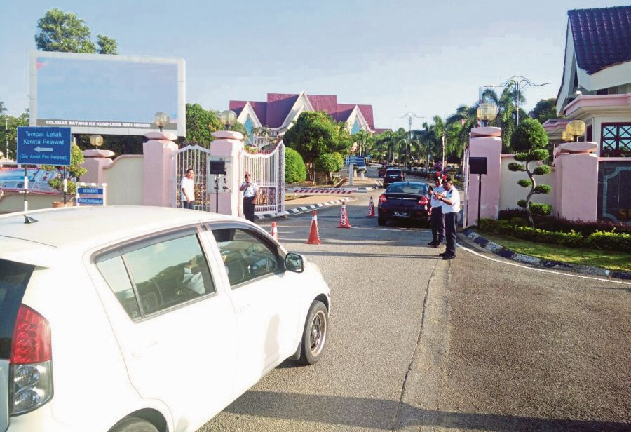 Tight security at Seri Negeri Ayer Keroh Complex in Melaka following rumours of a change in the state government. -NSTP/AMIR MAMAT