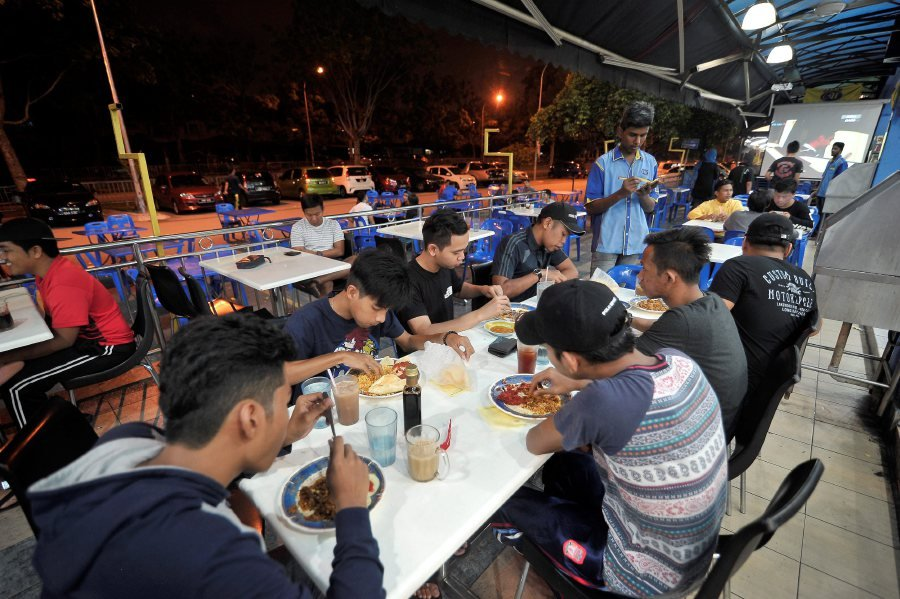 (File pix) Kimma president Datuk Syed Ibrahim Kader said running a 24-hour restaurant is not easy, but due to support from the masses, mamak outlets have evolved into a gathering place for many and have become a very much part of the Malaysian culture.