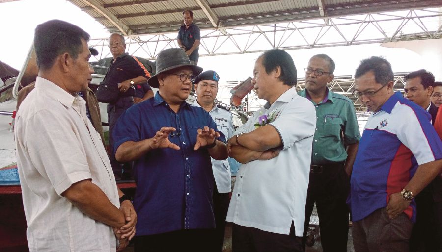 (File pix) The substantial amount of funds allocated by the government to develop rural areas in Sarawak and Sabah reflect the leadership's commitment to ensuring that both states prosper said Deputy Rural and Regional Development Minister Datuk Alexander Nanta Linggi (second, left). (pix by FRANK JULIAN MARTIN)