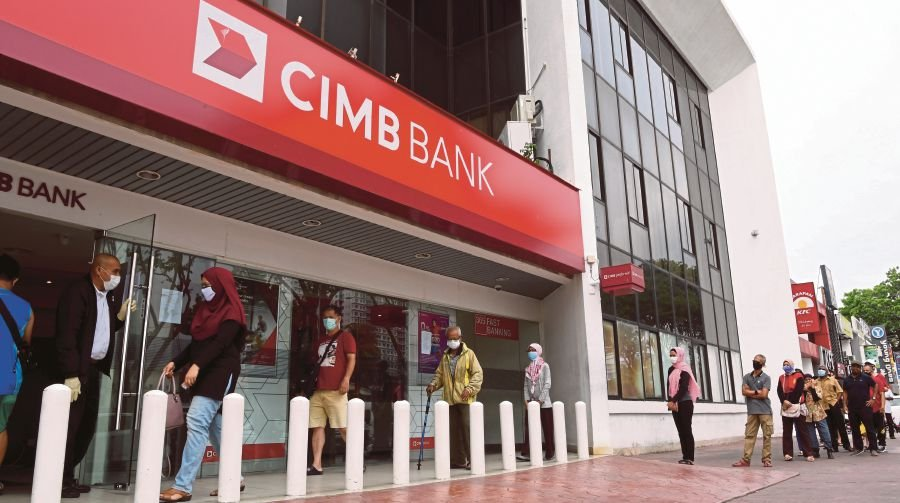 A big crowd outside CIMB Bank in Bayan Baru today. - Malaysia's economy is expected to grow about 2 per cent this year due to many challenges from the political issues, Covid-19 to the fall of oil-price.-- Pix: Bernama
