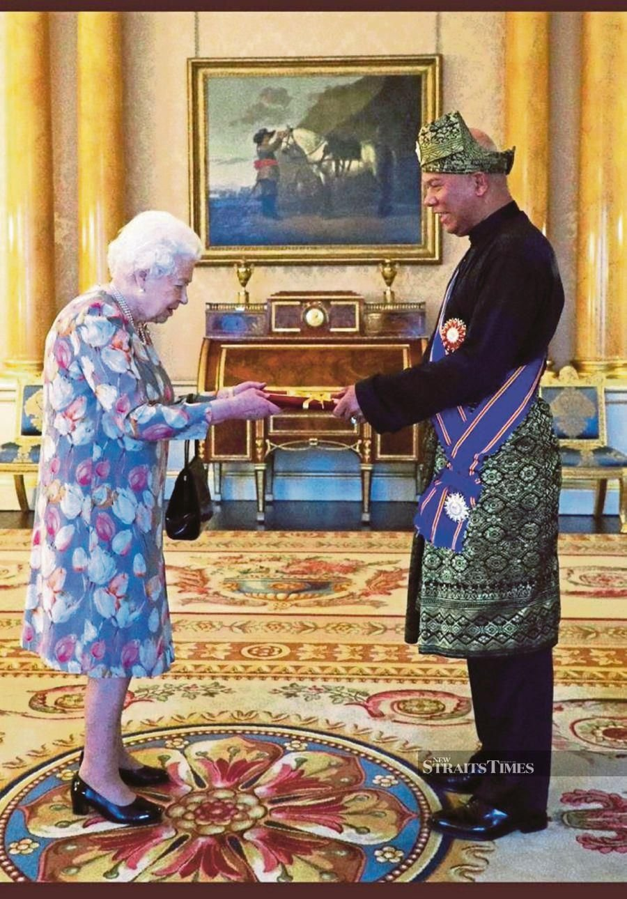 Malaysian High Commissioner to the United Kingdom Datuk Mohamad Sadik Kethergany presenting his credentials to Her Majesty Queen Elizabeth II at Buckingham Palace on Thursday.