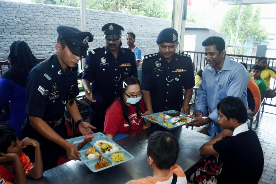 port-klang-cops-warmly-welcomed-during-police-day-visits-to-2-homes