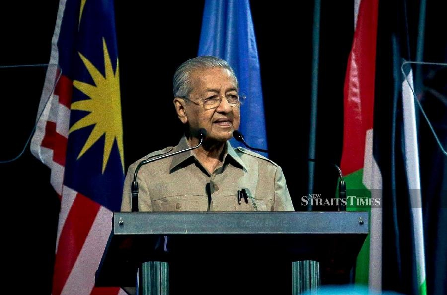 "Tun Dr Mahathir Mohamad today lambasted ""powerful nations"" for their silence over the prolonged Israeli war crimes on Palestinian land. -NSTP/ASYRAF HAMZAH"