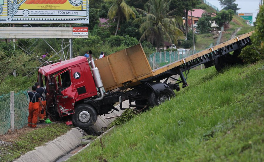Lorry driver involved in fatal crash near Seremban R&R surrenders to