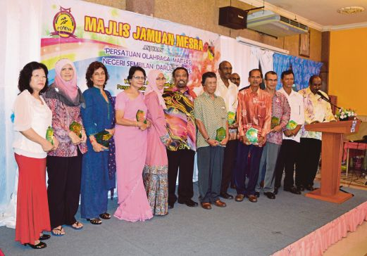 Negeri Sembilan Masters Athletics Association President Mohamed Shafie BP Mammal (sixth from left) with the former athletes.