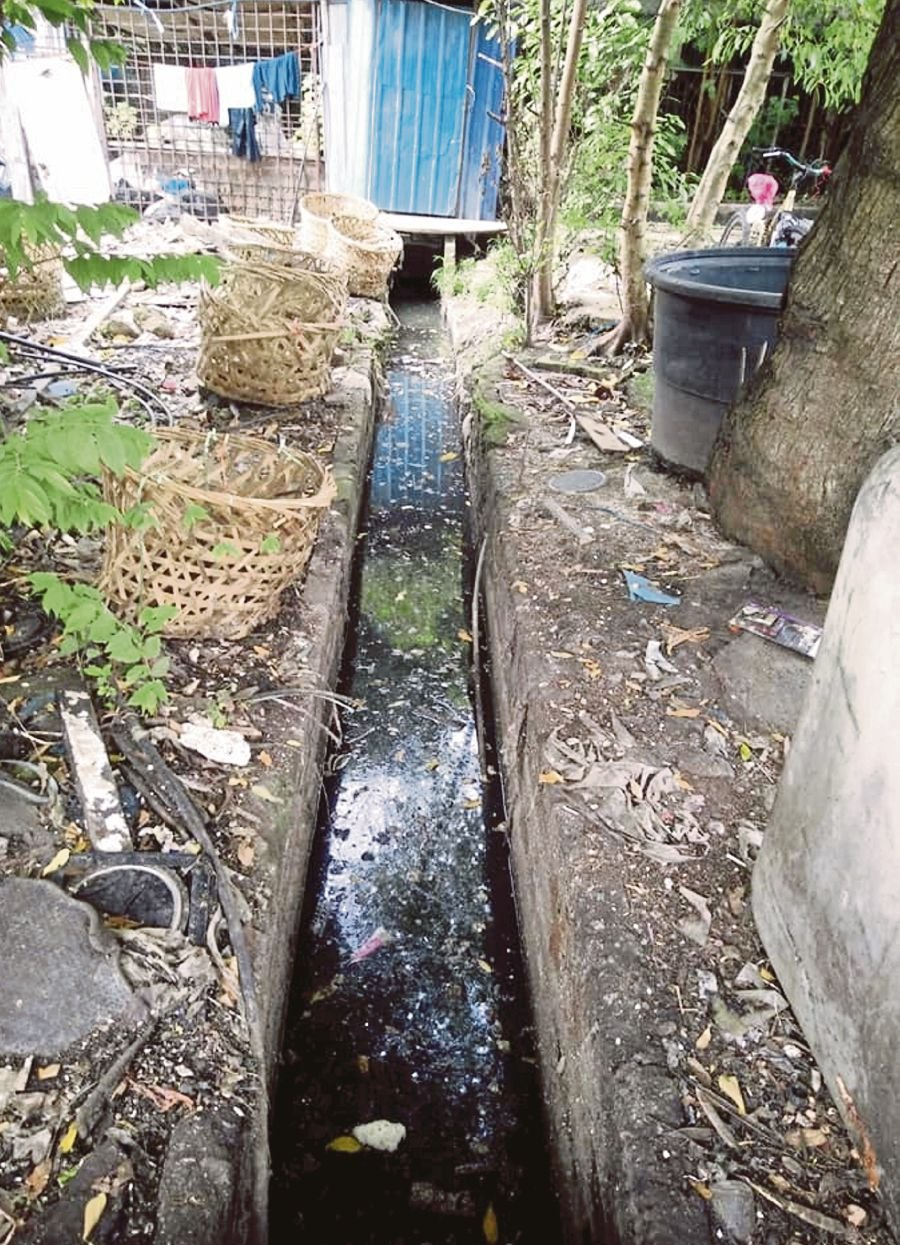 (File pix) The flood that recently hit the backlane of Sri Ternak Food Mart in Selayang, Kuala Lumpur, was likely caused by clogged drains. Pix courtesy of Selayang Municipal Council