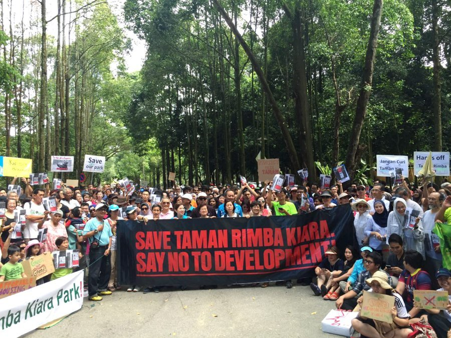 (File pix) Residents around Taman Tun Dr Ismail (TTDI) carry banners to voice protests against the construction of affordable apartments on Kiara Rimba Park site. (pix by SAIRIEN NAFIS)