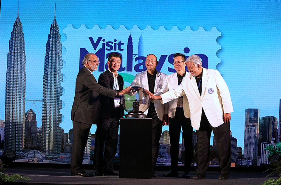 (File pix) Tourism Malaysia Datuk Seri Nazri Abdul Aziz (centre) launching the 'Visit Malaysia Year 2020' (VMY2020) logo during the ASEAN Tourism Forum 2018 at Chiang Mai International Exhibition and Convention Centre, Jan 26, 2018. Bernama Photo