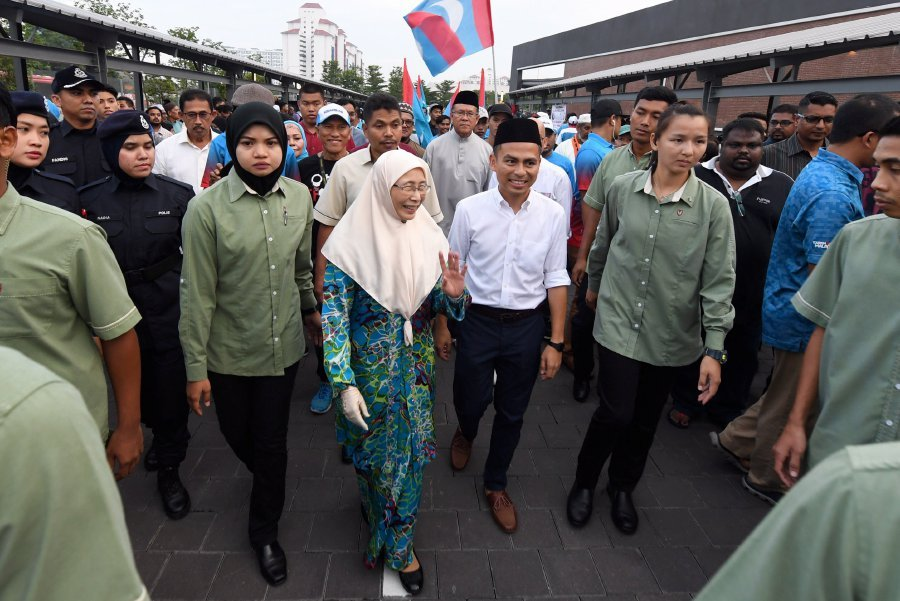 Despite her busy schedule as deputy prime minister and a cabinet Minister, Datuk Seri Dr Wan Azizah Wan Ismail still managed to find time to look into the wellbeing of her constituents. Bernama Photo