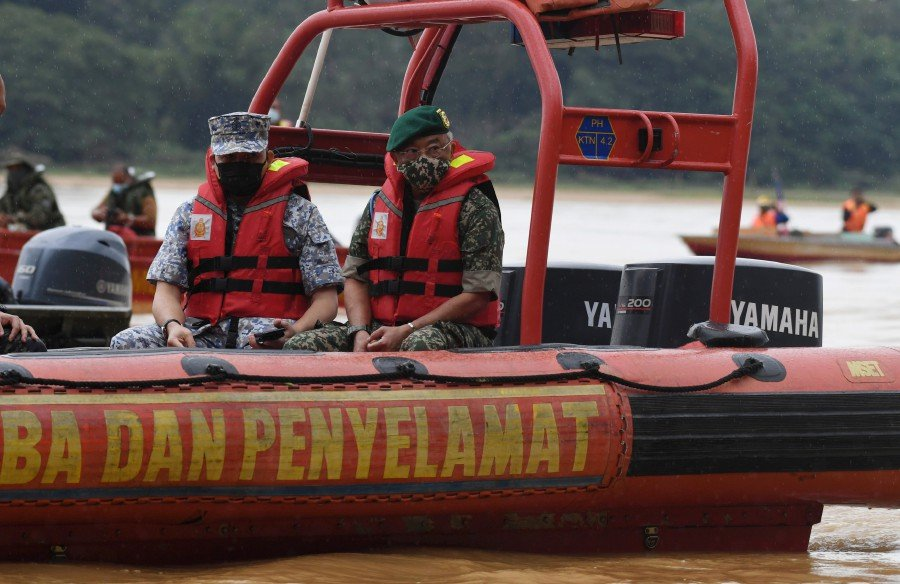Yang di-Pertuan Agong Al-Sultan Abdullah Ri'ayatuddin Al-Mustafa Billah Shah today joined in the search and rescue (SAR) operation to look for a soldier who reportedly went missing in Sungai Pahang while undergoing the army's PARA Predator Exercise on Sunday. -BERNAMA pic