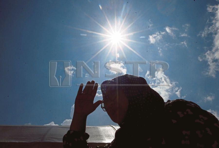 (File pix) Constant exposure to hot weather can have a serious effect on people's health. Pix by NSTP/ Muhd Asyraf Sawal