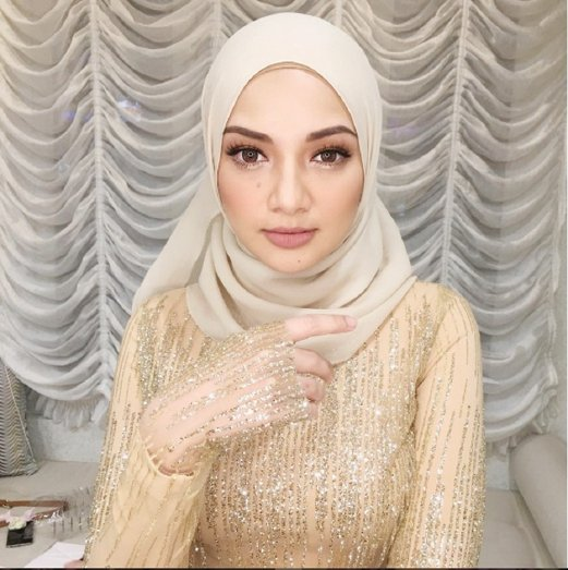 3. Neelofa is one of Syed Dewa's clients.