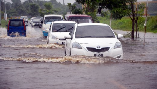 (File pix) Jalan Malihah in Kuching under water yesterday. Pix by Jeakqleyn Yacho