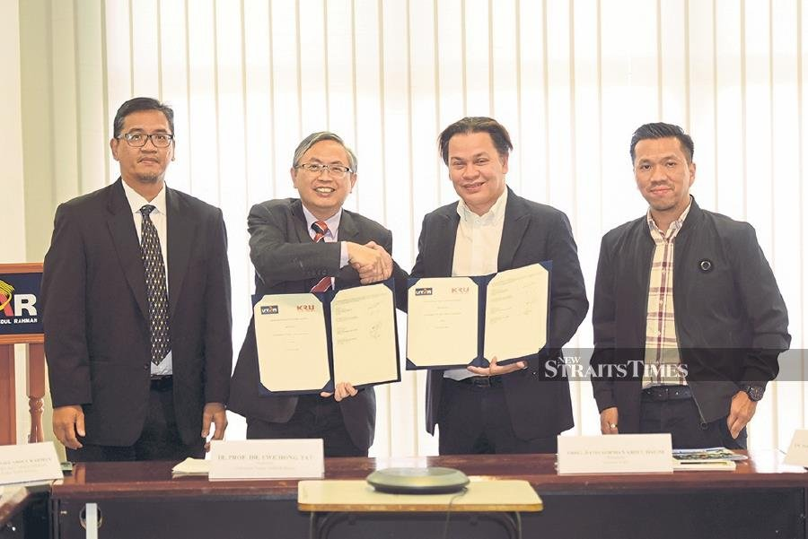 Professsor Dr Ewe Hong Tat (second from left) with Datuk Norman Abdul Halim after signing the MoU between Universiti Tunku Abdul Rahman and Yayasan KRU to produce 'contentpreneurs'. They are flanked by Profesor Dr Faidz Abd Rahman (left) and Noor Hafeez Noor Hashim (right).