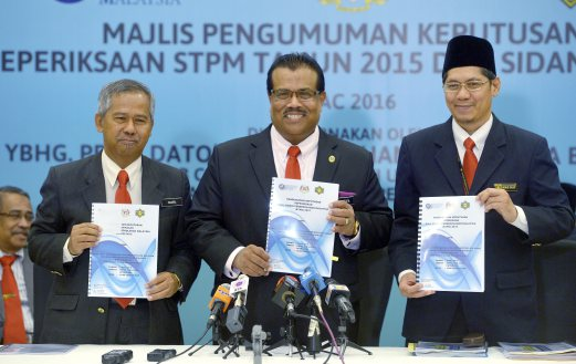 Malaysian Examination Council (MEC) chairman Professor Datuk Seri Dr Mohamed Mustafa Ishak (centre) with MEC chief executive Dr Jamil Adimin (left) and MEC deputy chief executive 1 Mohd Fauzi Kassim (right) at the announcement of STPM results today. Bernama Photo