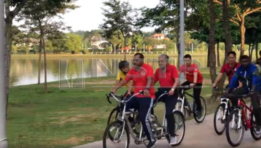 Tun Dr Mahathir Mohamad took some time out of his busy schedule to cycle around Putrajaya Lake here this morning. (Pic screenshot courtesy of Facebook Kelab Che Det)