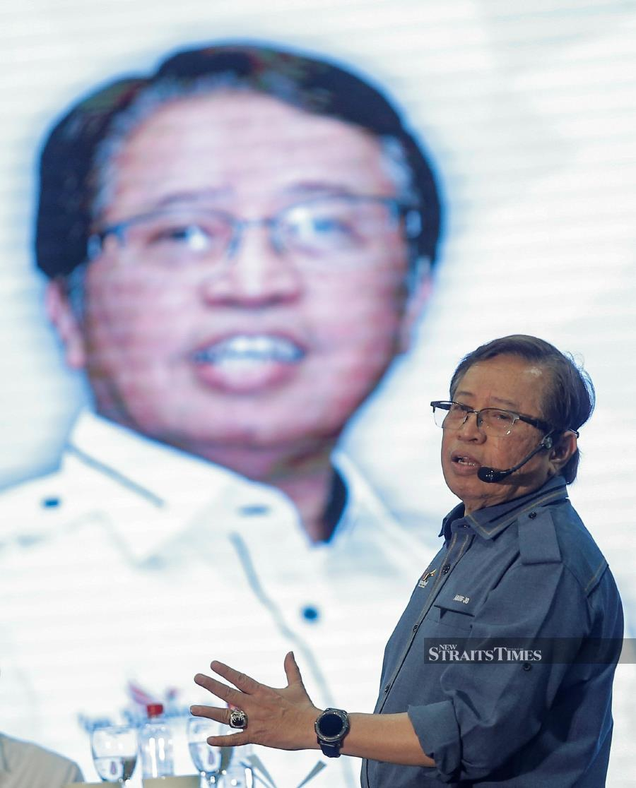 Chief Minister Datuk Patinggi Abang Johari Abang Openg said the state government is currently conducting research and development (R&D) work on the feasibilty of hydrogen fuel-powered buses, which could also be applied to cars.NSTP/AIZUDDIN SAAD
