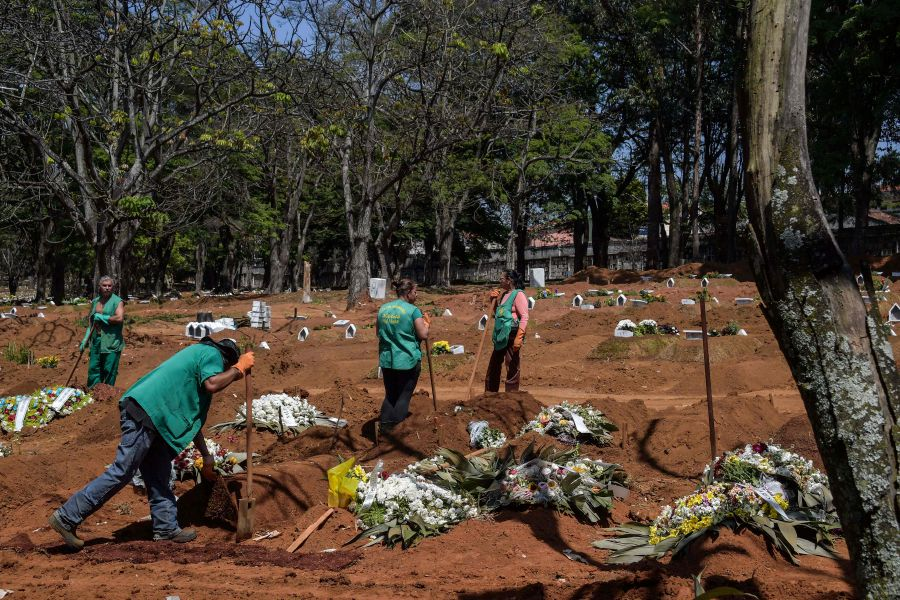 Employees are seen at the Vila Formosa cemetery, in the outskirts of Sao Paulo, Brazil on September 25, 2020, amid the new coronavirus pandemic. - Brazil now has the world's second highest death toll after the United States -- nearly 140,000 fatalities -- and is still battling to bring the virus under control. (Photo by NELSON ALMEIDA / AFP)