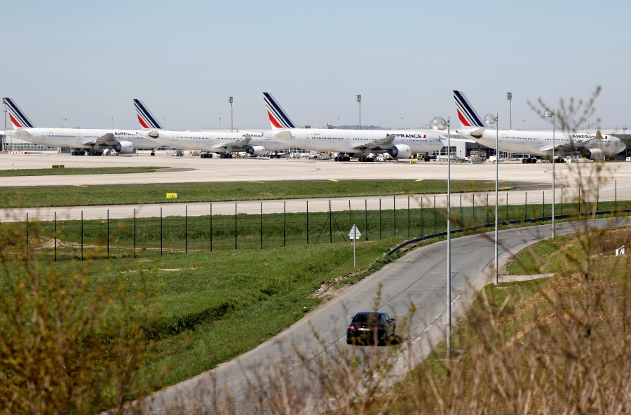 FILE PHOTO: Aircrafts of Air France Airlines are seen on the tarmac at Paris Charles de Gaulle airport in Roissy-en-France following the coronavirus disease (COVID-19) outbreak in France March 24, 2020. REUTERS/Charles Platiau/File Photo