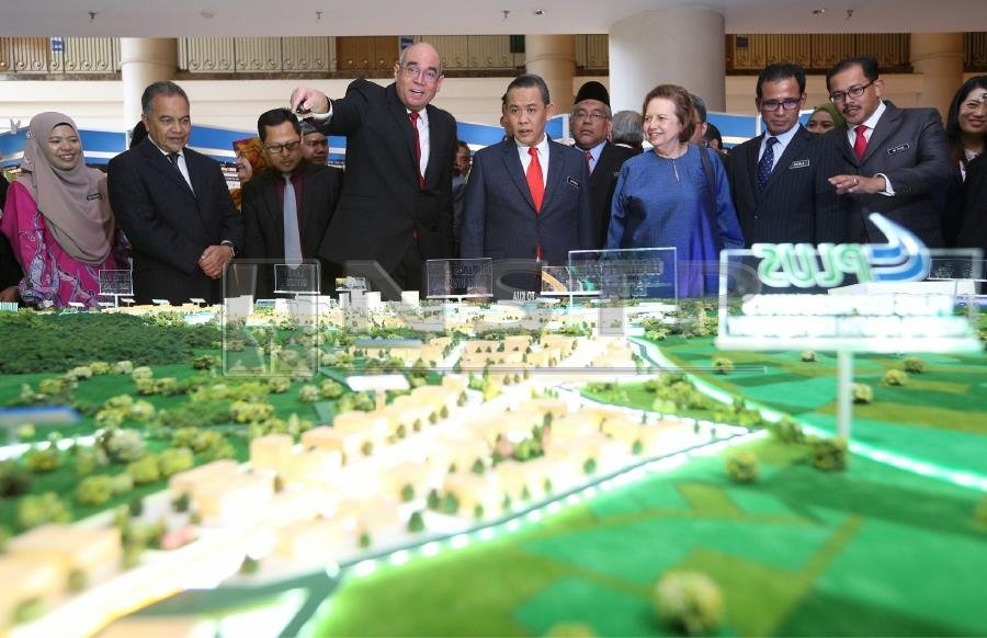 (File pix) Negri Sembilan Menteri Besar Aminuddin Harun (5th from left) and Sime Darby Property chairman Tan Sri Zeti Akhtar Aziz (6th from left) with other officials looking at the scale model of Malaysia Vision Valley 2.0. Pix by NSTP/Hazreen Mohamad