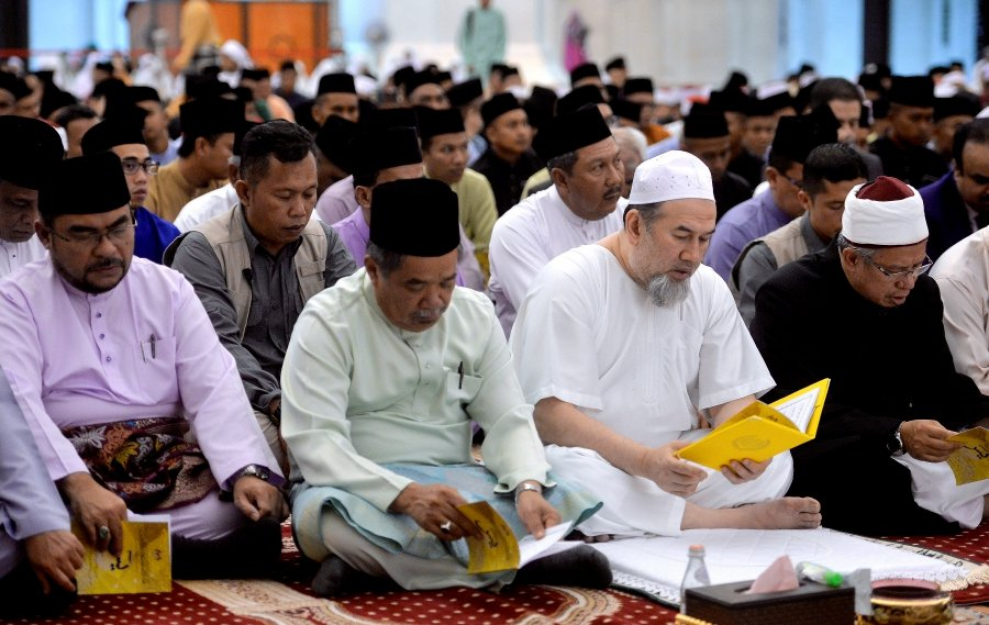 Yang di-Pertuan Agong Sultan Muhammad V (2nd-right), Defence Minister Muhammad Sabu (2nd right), Minister in the Prime Minister's Department Datuk Dr Mujahid Yusof Rawa (right) and Federal Territories mufti Datuk Seri Dr Zulkifli Mohamad Al-Bakri (left) join the congregation in reciting Yasin at the Federal Territory Mosque. Bernama.