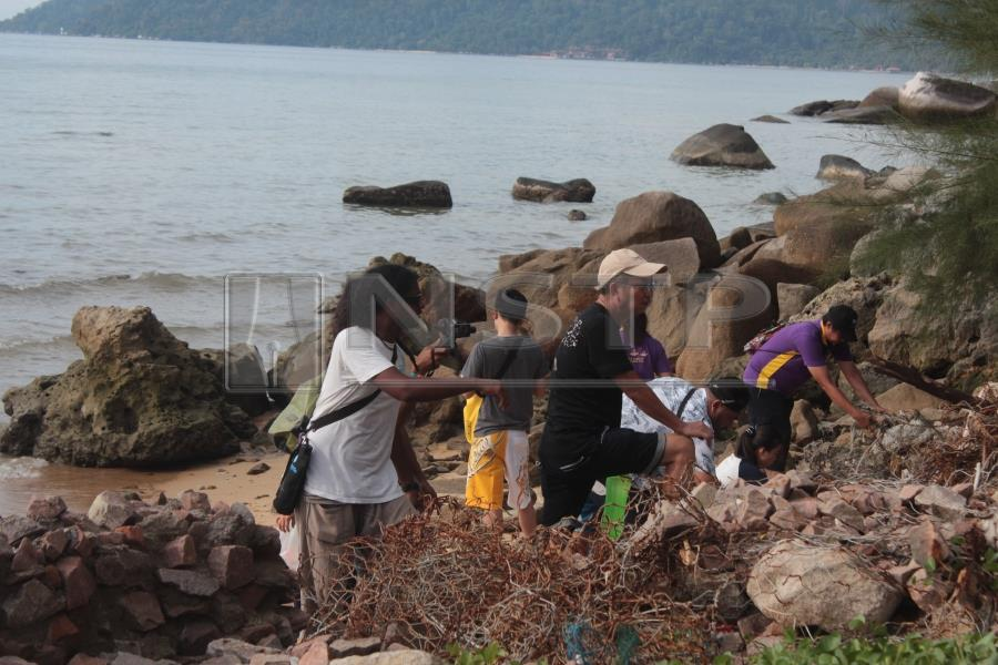 Alvin of Reef Check Malaysia supervising the beach clean-up