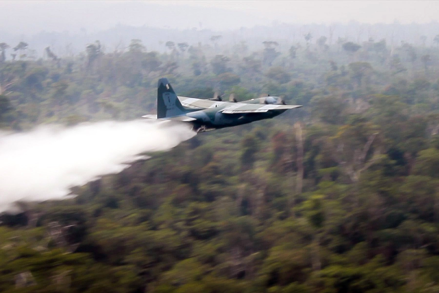 83e98163a04a4 Warplanes dump water on Amazon as Brazil military begins fighting ...
