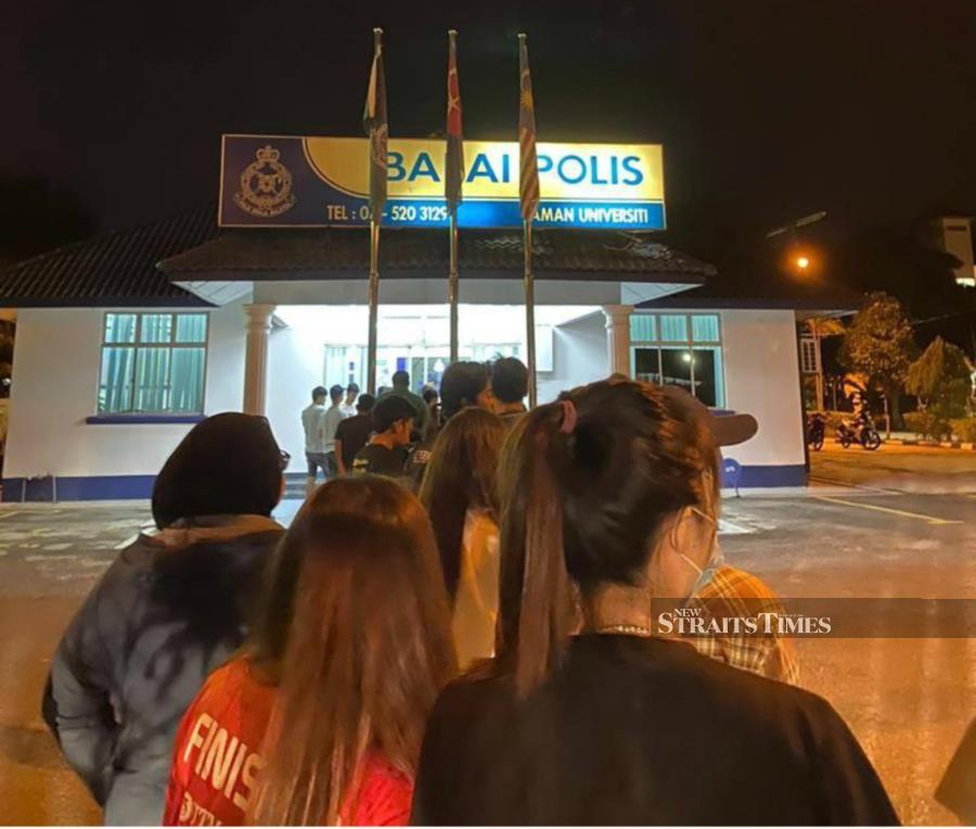 Longs queues are forming at various district police stations tonight, following an announcement that Malaysians are required to obtain a special written permit to conduct interstate travel during the 14-day Restricted Movement Order (RMO). - NSTP/ Courtesy of NST reader