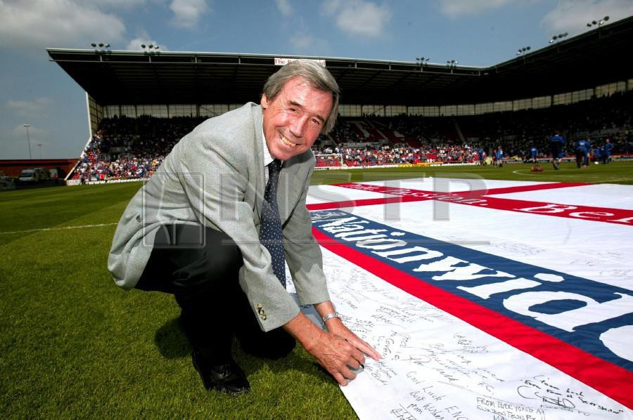 Gordon Banks is seen here signing a giant Nationwide flag for England just before the Nationwide Conference play off final at the Britannia Stadium for the 2004 European Championship. (PIC BY ACTION IMAGES)