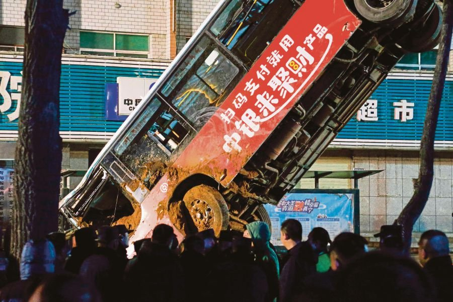 6 killed as giant sinkhole swallows China bus, pedestrians
