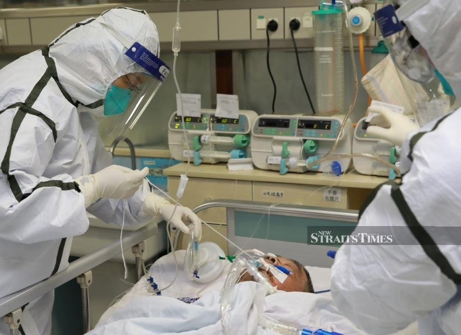 Medical staff in protective suits treat a patient with pneumonia caused by the new coronavirus at the Zhongnan Hospital of Wuhan University, in Wuhan, Hubei province, China January 27, 2020. Picture taken January 27, 2020. REUTERS